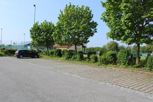 Parkplätze vor dem DJK Altdorf Tennisclub